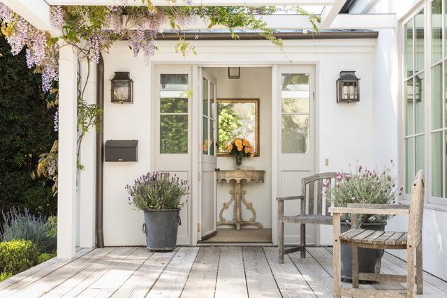 Zooomy-giannetti-wisteria-residence-front-door